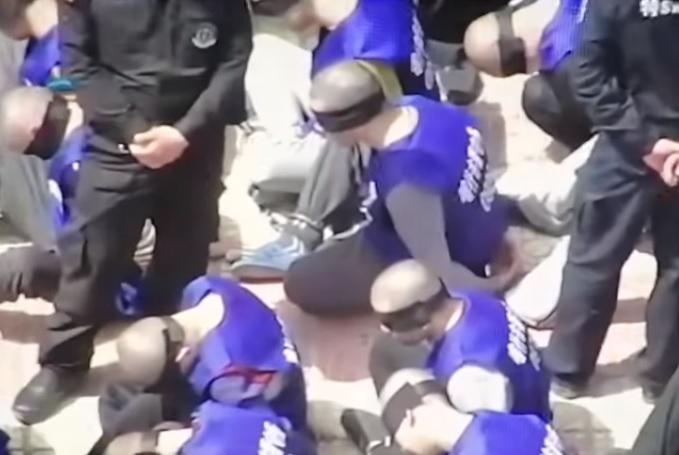 China: beelden opgedoken van geblinddoekte en geboeide Oeigoeren
