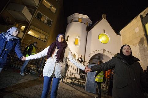 Muslims-synagogue.jpg